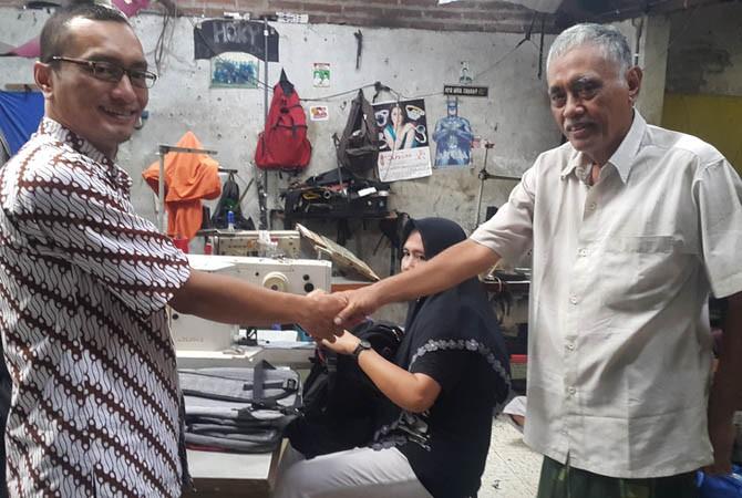BANTU MESIN JAHIT: Tim PPPE UMK membantu penerapan teknologi desaign dan potong serta jahit tas berkualitas ekspor kepada mitra UKM Elfa Jaya dan Az Zahra.