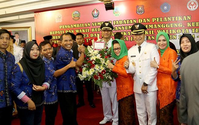 LITERASI: Direktur Jawa Pos Radar Kudus Baehaqi menyerahkan bunga sebagai ucapan selamat kepada Bupati Kudus Tamzil dan wakilnya Hartopo usai pelantikan Senin (24/9) kemarin.