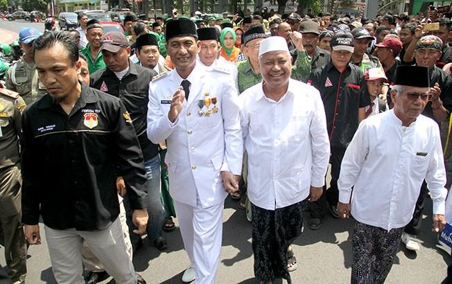 MENUJU KUDUS TOP: Tamzil-Hartopo bersama ulama pilih jalan kaki dari Masjid Agung ke Pendapa Kabupaten Kudus untuk sapa masyarakat Kudus.