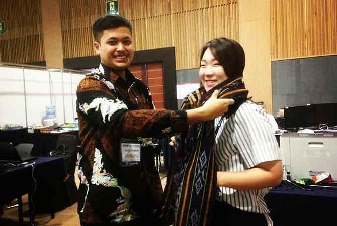 GO INTERNATIONAL: Riksa Thabrani memberikan kenang-kenangan tenun Troso kepada peserta KIWW 2018 di Korea.