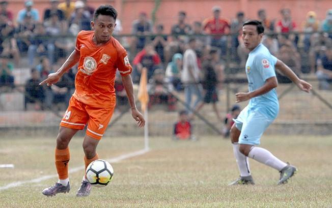 GELANDANG ANDALAN: Adit Shadikul Wafa (kiri) akan menjadi pemain utama PSIR di lini tengah kala melawan PSPS Riau pada laga akhir pekan nanti.