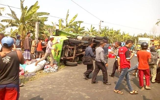 TERGULING: Petugas kepolisian mengevakuasi kendaraan yang mengalami kecelakaan di Desa Kasiyan, Kecamatan Sukolilo kemarin.