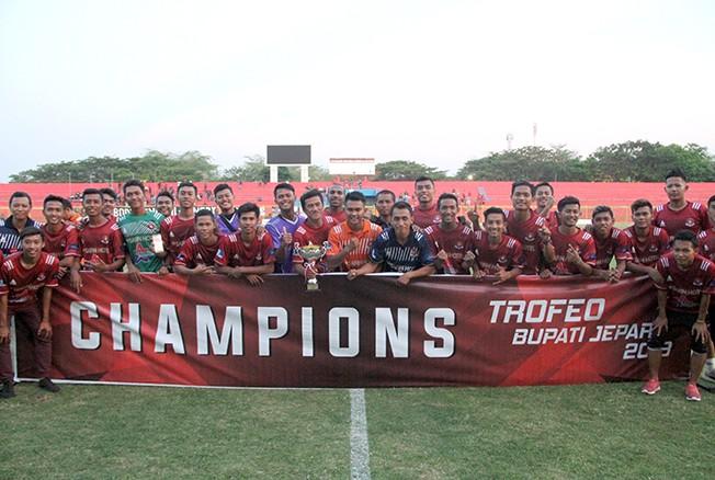 LAGA PERSAHABATAN: Tim Persipa Pati menjadi juara laga trofeo Bupati Jepara di Stadion Gelora Bumi Kartini, Jepara, kemarin.