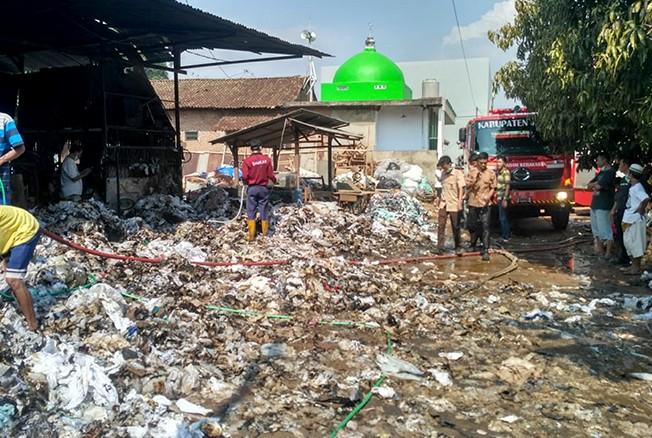 LUDES: Sejumlah barang bekas yang disimpah di gudang rongsok di Desa Krapyak, Tahunan, terbakar kemarin.