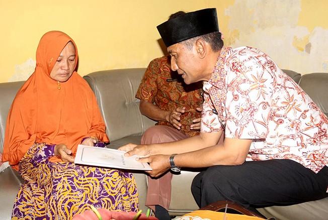 BERI BANTUAN: Bupati Kudus Muhammad Tamzil saat mendatangi rumah keluarga Bambang Rozali Usman (47) warga RT 2/RW 9 Desa Pasuruan Lor, Jati, Kudus yang menjadi salah satu korban kecelakaan Lion Air JT