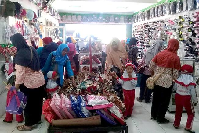 RAMAI: Kondisi toko di Pesantren Entrepreneur Al-Mawaddah yang dikelola santri.