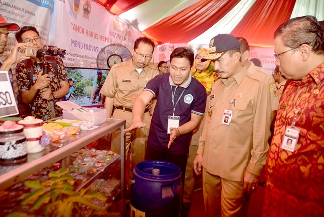 TILIK PRODUK: Bupati Haryanto bersama Forkopimda Pati meninjau produk-produk hasil inovasi desa-desa saat gelaran bursa inovasi desa di alun-alun kemarin.