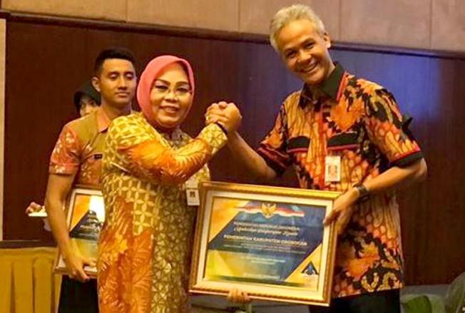 PERTAHANKAN: Bupati Grobogan Sri Sumarni menerima penghargaan opini WTP dari Kemenkeu yang diserahkan Gubernur Jateng Ganjar Pranowo.