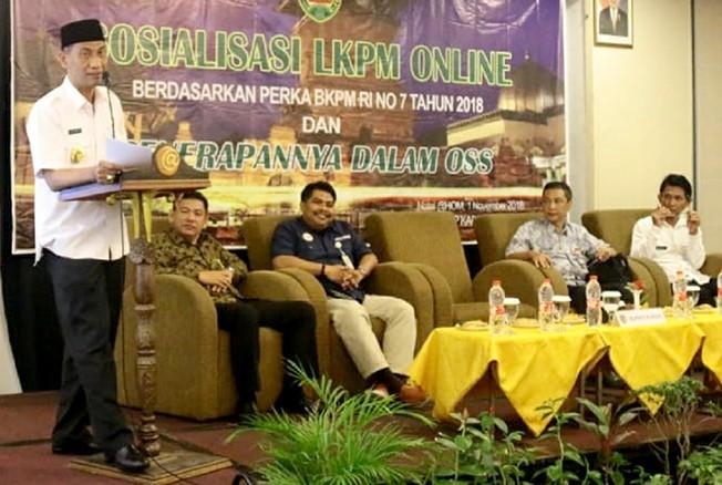 PERMUDAH: Bupati Kudus Tamzil berikan arahan pada sosialisasi LKPM Online kemarin.