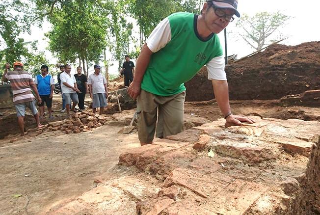 CARI SITUS: Beberapa warga menggali tanah di sekitar punden Mbah Gamirah kemarin.