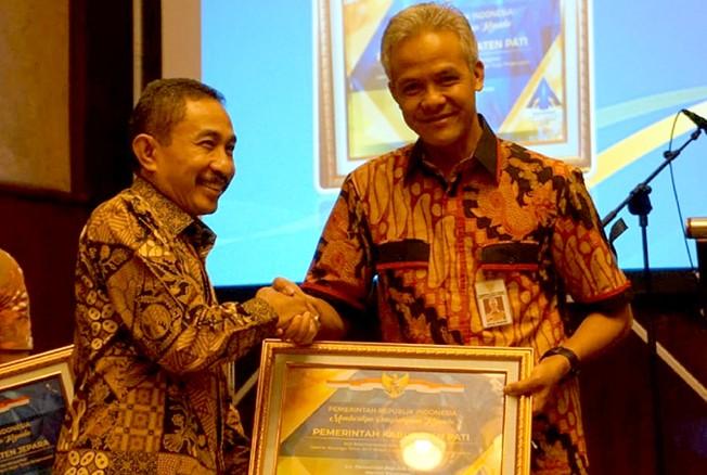 BANGGA: Bupati Pati Haryanto menerima penghargaan WTP dari BPK yang diserahkan Gubernur Jateng Ganjar.