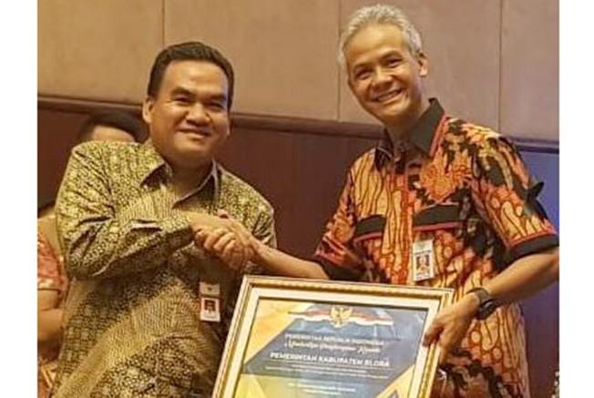 MEMBANGGAKAN: Penghargaan dari Kementerian RI diserahkan Gubernur Jawa Tengah Ganjar Pranowo pada Wakil Bupati Blora, Arief Rohman.