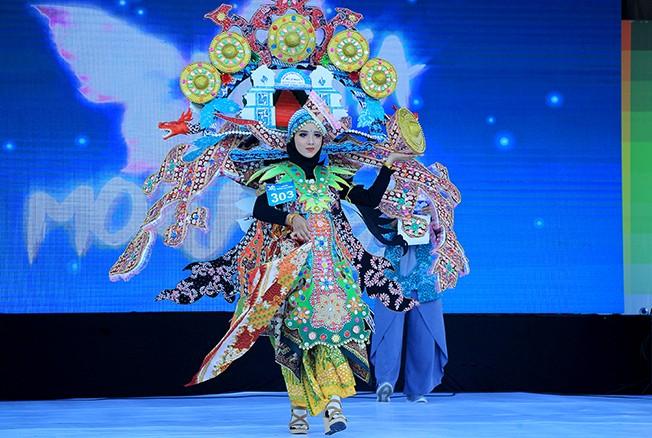 """MEMUKAU: Penampilan peserta carnival saat berlangsungnya lomba batik tulis Lasem bertajuk """"Metamorfosa Batik Tulis Lasem, Karya Kita, Prestasi Bangsa"""" di halaman Kantor Bupati Rembang kemarin."""