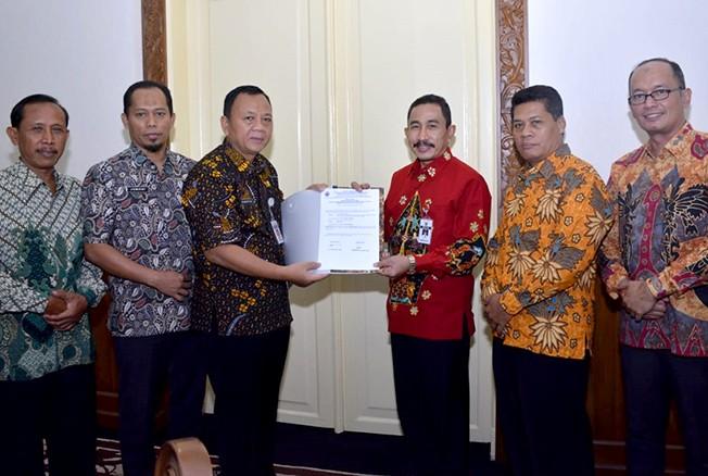 SIAP DIKIRIM: Bupati Pati Haryanto menerima berkas hasil tes dari Sekda Suharyono di pendapa kabupaten setempat belum lama ini. Tiga besar calon jabatan tinggi ini akan dikirim ke KASN sebagai rekomendasi.