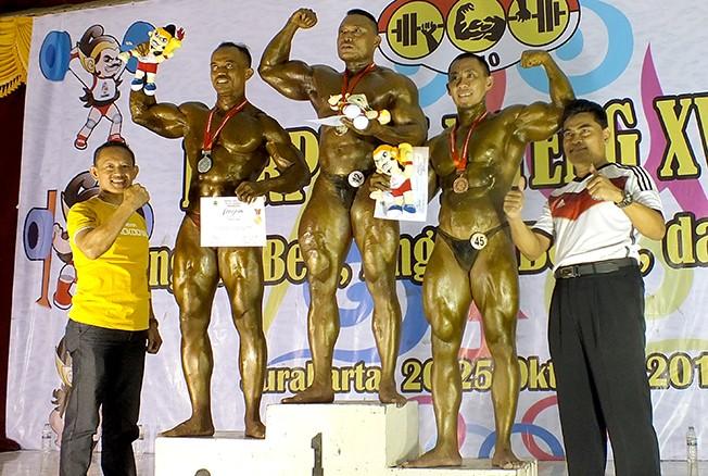 KEKAR: Bripka Eko Suryono (tengah) berhasil mendapatkan medali emas di Poprov Jateng XV 2018 di SMK N 7 Surakarta beberapa waktu lalu.