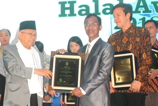 PRESTASI: Direktur Mubarokfood H. Muhammad Hilmy menerima penghargaan Halal Award 2018 yang diserahkan Ketua MUI K.H. Ma'ruf Amin di Exhibition Hall, Jakarta, pada Kamis (1/11).