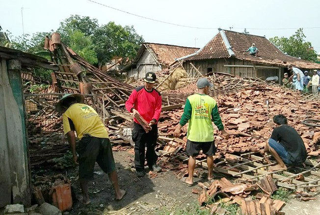 TAK BERBENTUK: Warga bersama perwakilan pegawai Kecamatan Ngaringan gotong royong membersihkan serpihan rumah roboh akibat puting beliung di wilayah itu kemarin.