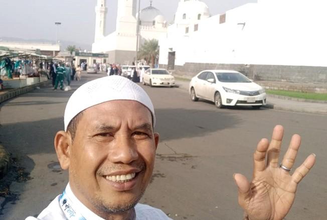 BERPAHALA UMRAH: Direktur Radar Kudus dan Radar Semarang Baehaqi menunjukkan Masjid Kuba. Masjid ini dibangun Rasulullah setelah berhijrah dari mekah ke Madinah 622 M.