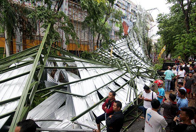 AMBRUK: Atap Stadion Wergu Wetan roboh diterjang angin kemarin. Tidak ada korban jiwa dalam peristiwa itu.