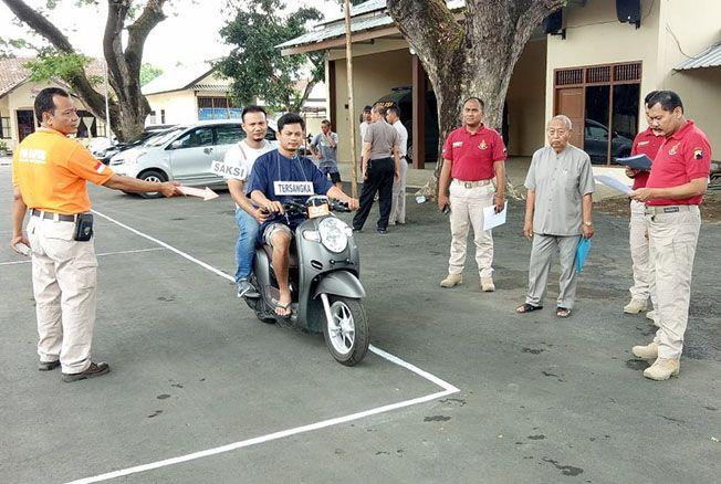 DIREKONTRUKSIKAN: Reka ulang adegan pembunuhan di Gabus dilaksanakan di Mapolres Pati kemarin.