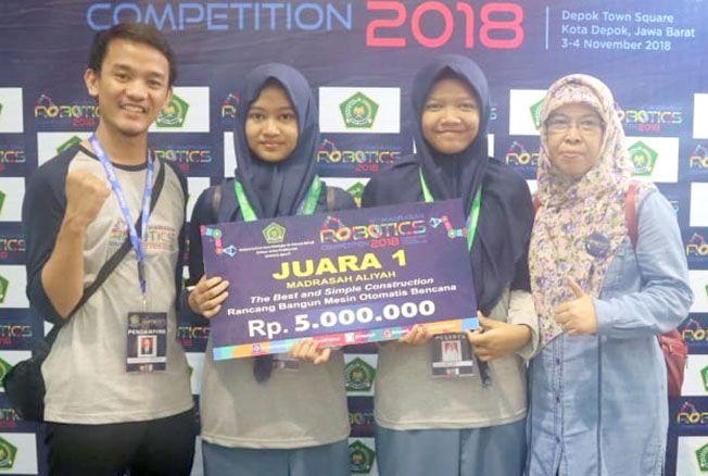 JUARA I: Tim Robotik MAN 1 Kudus Azzalira Alayya Zahwa (dua dari kiri) dan Alfi Fatimatuz Zahro (dua dari kanan) bersama pembina foto bersama usai menerima penghargaan juara I Lomba Robotik Madrasah tingkat nasional di Depok (4/11) lalu.