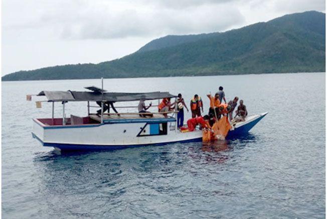 EVAKUASI: Potongan tubuh mulai dari pinggang sampai lutut ditemukan nelayan Karimunjawa di perbatasan antara Pulau Cilik dan Pulau Gosong Kemloko, Karimunjawa pagi tadi.