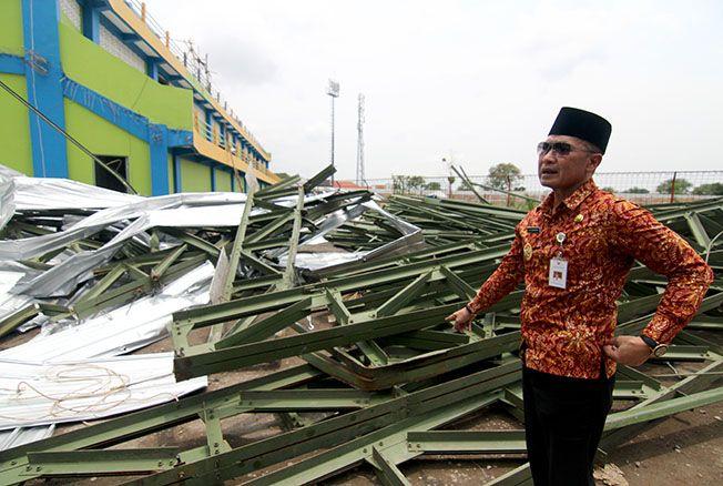 CEK LANGSUNG: Wakil Bupati (Wabup) Hartopo saat mengecek atap tribun Stadion Wergu Wetan yang runtuh kemarin.