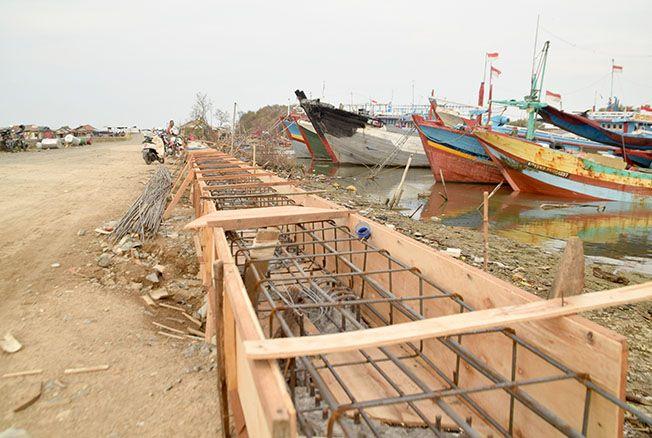 RAMPUNG: Pemasangan sheet pile di jalan tambat kapal Juwana selesai kemarin. Pekerja akan melanjutkan pengaspalan.