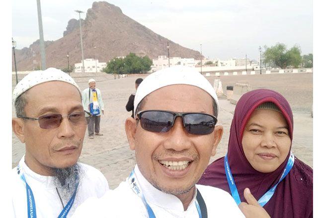 UMRAH BERSAMA: Direktur Radar Kudus dan Radar Semarang Baehaqi (tengah) bersama kakaknya, Musyafa' (kiri) dan istri Musyafa', Ida Rachmawati foto bersama di sela-sela umrah.