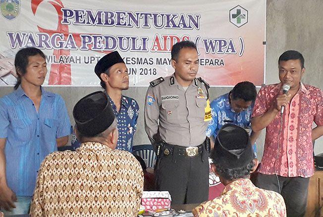 BERI PEMAHAMAN: Salah satu ODHA di Jepara, Rr, menyampaikan pengalamannya dalam kegiatan pembentukan Warga Peduli AIDS di Desa Rajekwesi, Kecamatan Mayong, kemarin.