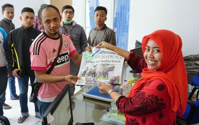 Masyarakat antre membeli tiket laga MPFC vs Persebaya di kantor Radar Madiun pagi tadi