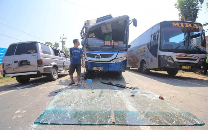 Bus Sugeng Rahayu terhenti di tengah jalan usai tabrakan di Km 163-164 Jalan Surabaya - Madiun
