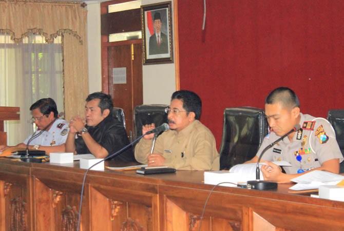 Pertemuan antara warga, sopir dan pengusaha tambang dengan pihak pemkab serta Polres Magetan di ruang Ki Mageti berlangsung alot, Selasa (12/9).