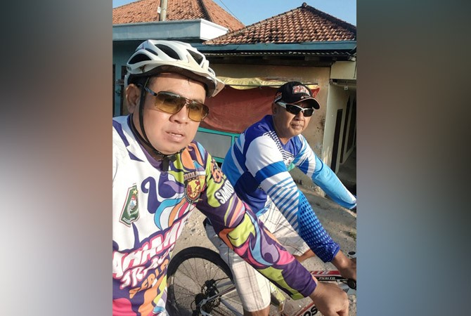 CINTA OLAHRAGA: Kepala Pukesmas Sepulu Niwar Sudiyanto saat bersepeda.