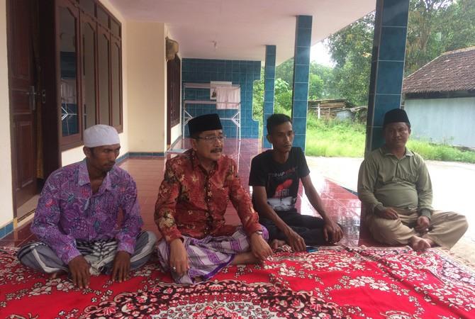 MERAKYAT: Calon wakil bupati Bangkalan Sudarmawan melayat ke kediaman keluarga Muhammad Zaini Misrin Arsyad kemarin.