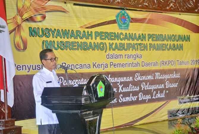 SERIUS: Wakil Bupati Pamekasan Khalil Asy'ari memberikan sambutan pada musrenbang kabupaten di Pendapa Ronggosukowati Rabu (21/3).