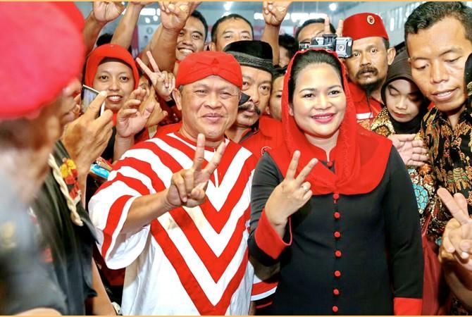 SALAM 2 JARI: Seniman Kirun ikut turun kampanye. Dia mengajak masyarakat untuk memilih Gus Ipul-Mbak Puti dalam Pilkada Jawa Timur 2018. Kirun dan Mbak Puti memberi salam 2 jari di tengah kader-kader