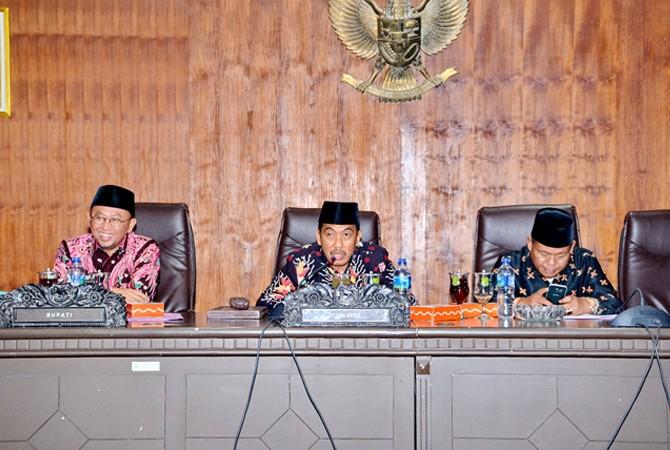 KHIDMAT: Ketua DPRD Sumenep Herman Dali Kusuma (tengah) memimpin rapat paripurna LKPj bupati Sumenep Kamis (12/4).