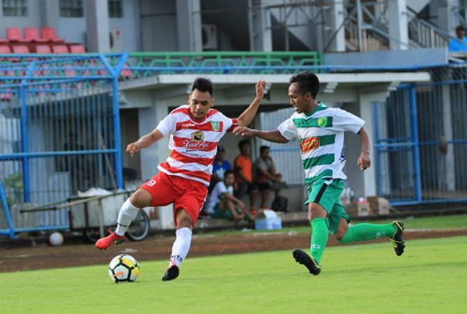 KONTROL PERMAINAN: Salah satu striker Perseba Bangkalan (kiri) mencoba melewati hadangan pemain belakang Cahaya Muda di Stadion Gelora Bangkalan beberapa waktu lalu.