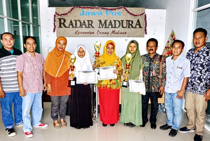 SUKSES: GM JPRM Moh. Tojjib (dua dari kiri) didampingi panitia JPRM Goes to School foto bersama peserta terbaik usai penyerahan hadiahKamis (12/4).
