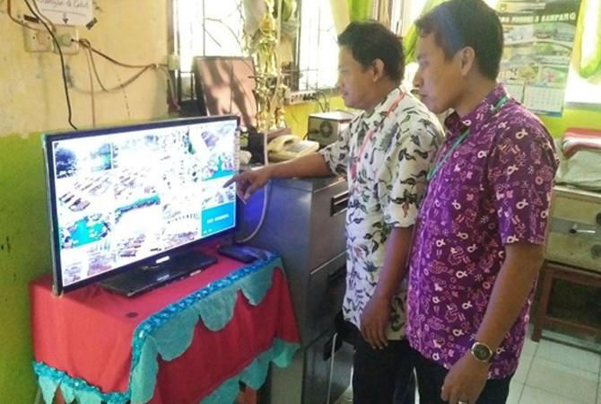 SEMANGAT: Ketua Pelaksana UNBK SMAN 3 Sampang Sohibul Alim (batik putih) menunjukkan pengawasan melalui CCTV.