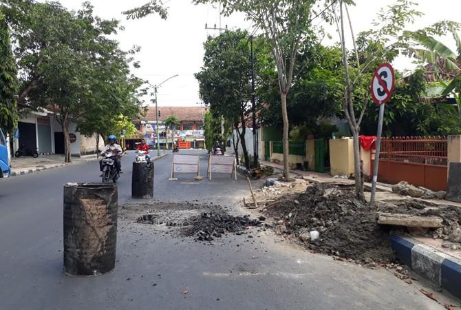 ANTISIPASI BANJIR: Selokan di Jalan Pintu Gebang, Kota Pamekasan, dinormalisasi Kamis (12/4).