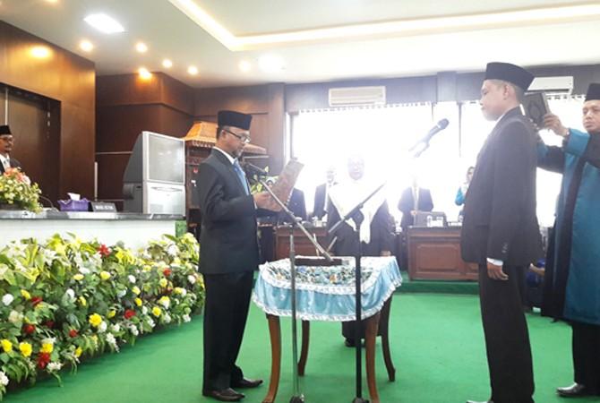 SIAP MENGABDI: Ketua DPRD Pamekasan Halili Hasin memandu R. Afifur Rahman dalam pengambilan sumpah jabatan sebagai anggota dewan Kamis (12/4).