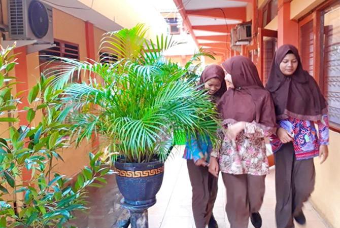 GENERASI BANGSA: Pelajar berjalan di koridor sekolah yang dipenuhi tanaman hias beberapa waktu lalu.