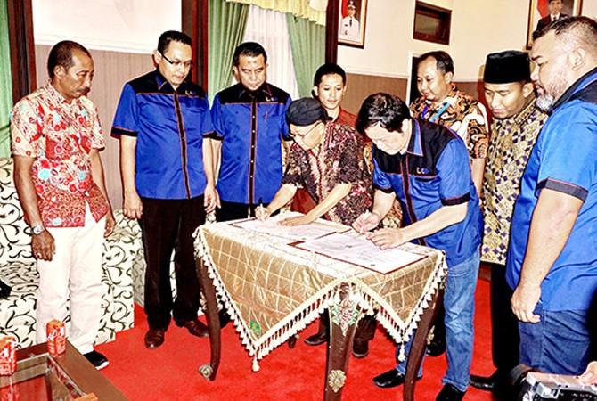 JALIN KERJA SAMA: Bupati Sumenep A. Busyro Karim dan Ketua Japnas Pusat Bayu Priawan Djokosoetono menandatangani MoU dalam bidang pengembangan pariwisata di Sumenep, Sabtu (14/4).