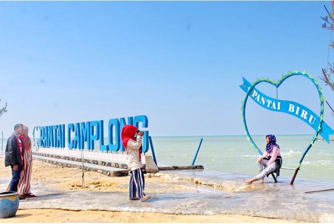 SUASANA BARU: Pengunjung menikmati wisata Pantai Camplong, Kecamatan Camplong, Sampang, Selasa (12/6).