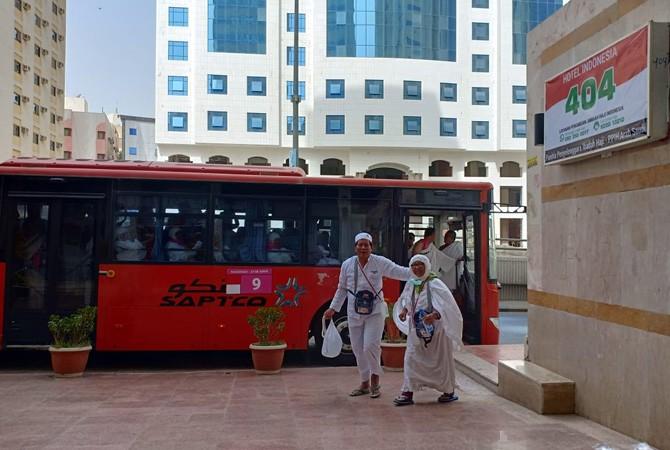 FASILITAS DARI PEMERINTAH: Bus nomor 9 dengan lambang bendera Merah Putih yang dipakai oleh jamaah haji asal Sumenep ketika hendak berangkat ke Masjidilharam.