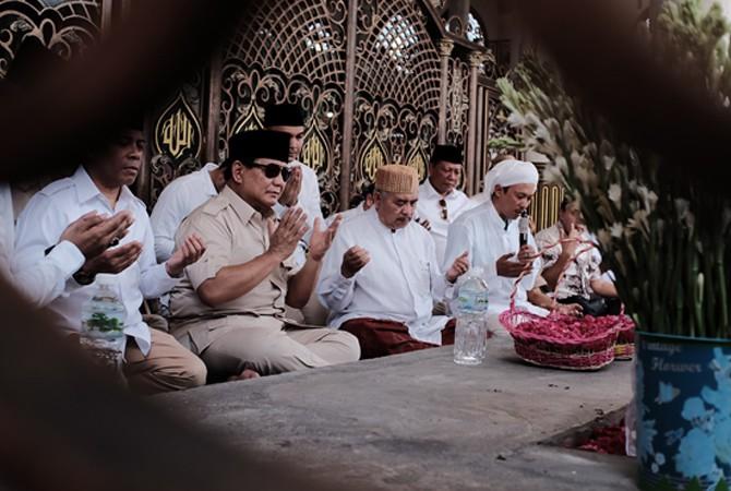 KUNJUNGAN: Bakal calon presiden RI Prabowo Subianto saat berziarah ke Makam Syaikhona Moh. Kholil kemarin.