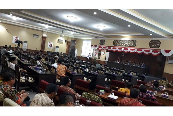 MELOMPONG: Banyak kursi kosong saat sidang paripurna jawaban bupati atas pandangan umum fraksi-fraksi DPRD Sumenep tentang raperda perubahan APBD 2018.