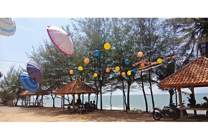 INDAH: Muda-mudi menikmati kesejukan Pantai Cemara, Desa Batu Kerbuy, Kecamatan Pasean, Pamekasan, kemarin.